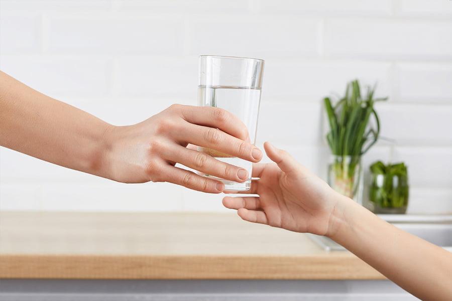 Acqua in bottiglia o acqua microfiltrata